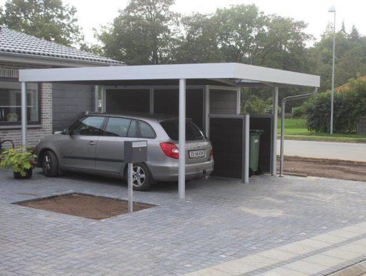 Fritstaaende-carport-som-passer-godt-med-omgivelserne