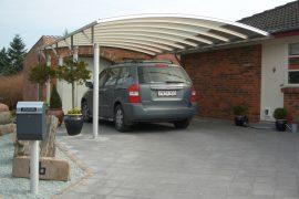 Enkelt væghængt carport monteret på hus
