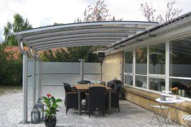 Terrasseoverdækning med hævebeslag
