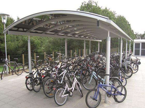 aaben-cykeloverdaekning-med-redskabsrum-cykelskure-til-skole-7130-juelsminde
