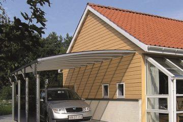 Enkelt væghængt carport monteret på husgavl