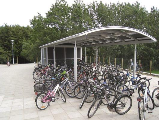 cykeloverdaekning-aaben-med-redskabsrum-cykelskure-til-skole-7130-juelsminde