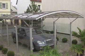 Fritstående enkelt carport med sider og gavl i klart glas