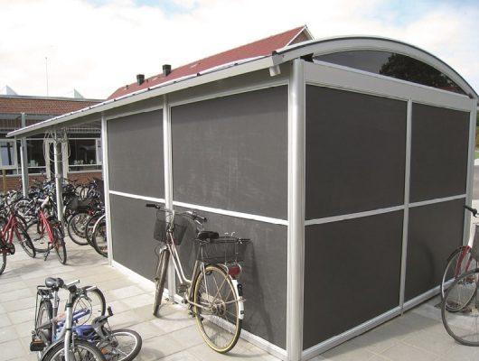 funktionel-aaben-cykeloverdaekning-med-redskabsrum-cykelskure-til-skole-7130-juelsminde