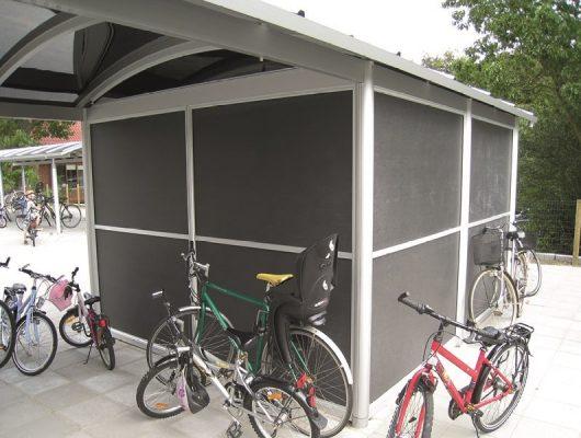 funktionelle-overdaekninger-til-cykler-med-redskabsrum-til-skole-7130-juelsminde