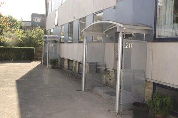 Overdækning af indgangsparti i vedligeholdelsesfrie materialer