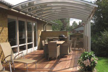 Vægmonteret terrasseoverdækning med smuk træterrasse
