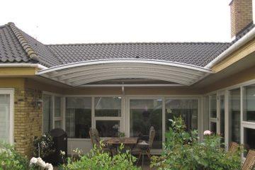 Væghængt terrasseoverdækning specialbygget til U formet villa