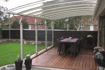 Elegant aluminiums-terrasseoverdækning hævet over hustag