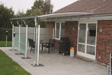 Væghængt terrasseoverdækning med glashegn