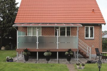 Hævet terrasse med overdækning og glashegn