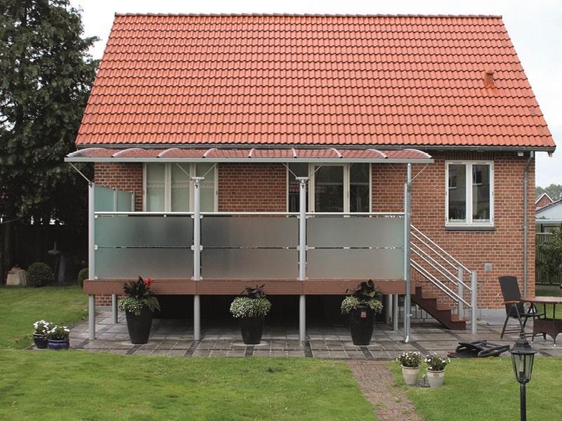 Hævet terrasse med overdækning og glashegn - Bases.dk