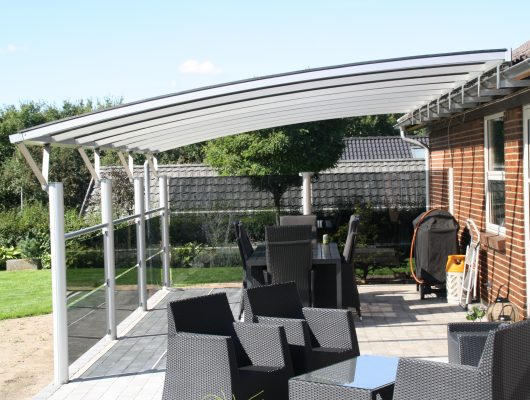 Terrasseoverdækning Monteret På Husets Side Med Glashegn
