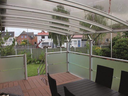 Terrasseoverdækning Monteret På Væg Med Frosted Glas