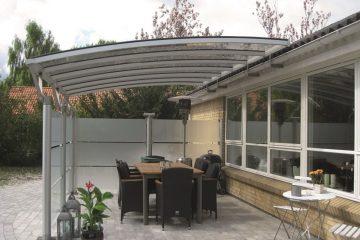 Aluminiums-terrasseoverdækning med sider i hærdet glas
