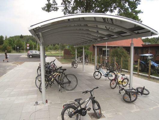 til-skole-cykeloverdaekning-med-redskabsrum-cykelskure-7130-juelsminde