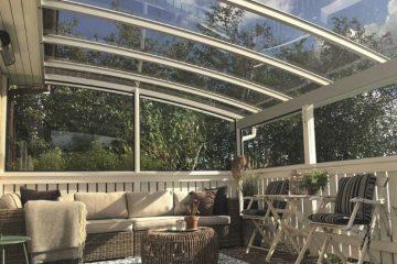 Specialbygget smuk terrasseoverdækning med træhegn